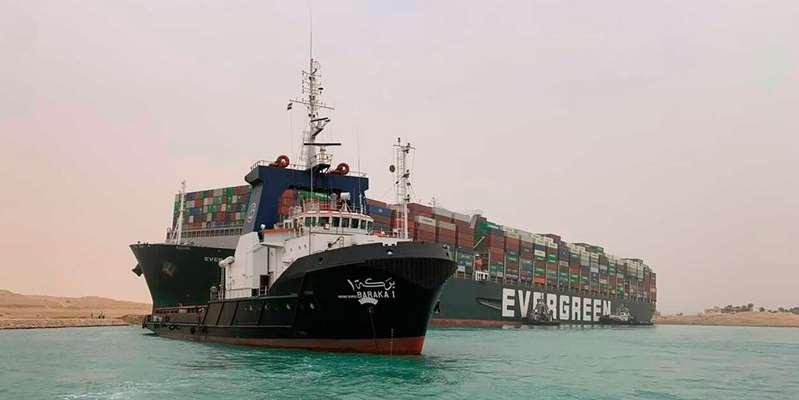 Tàu chặn kênh Suez nhích một chút, hàng loạt tàu kéo hú còi ăn mừng