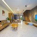 <p> Với việc bố trí không gian chung ở tầng 1 và sân vườn, các kiến trúc sư mong muốn thúc đẩy sự giao lưu, kết nối giữa nhiều thành viên. Tại các khoảng thông tầng, mọi người có thể giao lưu với các không gian khác trong nhà.</p>