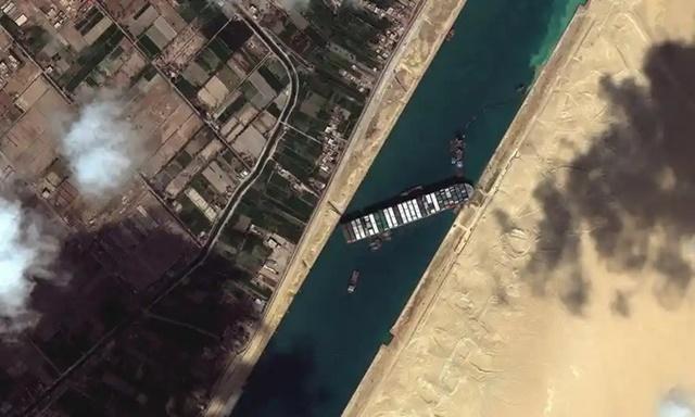 Tàu Ever Given mắc kẹt ở kênh Suez. Ảnh: AP.