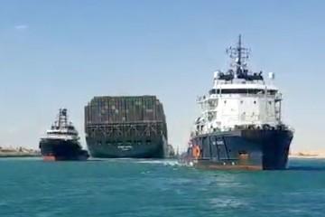 Tàu Ever Given được kéo ra chỗ khác, lưu thông trên Suez có thể bình thường từ tối 29/3