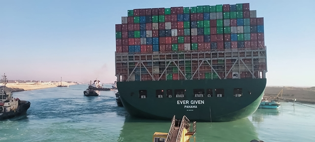 Tàu container Ever Given bị mắc kẹt trên kênh đào Suez, Ai Cập đã nổi lên trên mặt nước sau nỗ lực giải cứu, ngày 29/3/2021. (Nguồn: AFP/TTXVN)