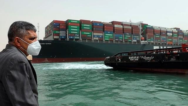 Tàu Ever Given mắc kẹt ở kênh đào Suez. Ảnh: AP