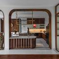 """<p class=""""Normal""""> Tầng 1 là không gian mở hoàn toàn, tràn ngập ánh sáng tự nhiên gồm bếp, bàn trà gia đình, phòng khách. Các kiến trúc sư không sử dụng vách ngăn để tạo sự thân mật, ấm cúng và gắn kết các thành viên trong gia đình.</p> <p class=""""Normal""""> Những món đồ cũ mang nhiều kỷ niệm của gia chủ cũng được tận dụng và hài hòa với nội thất mới. Phòng khách hiện đại, nổi bật bởi bức tường bê tông thô được trang trí bằng bức tranh làm bằng lá sen thật gợi cảm giác thân thuộc của vùng quê đồng bằng sông Cửu Long.</p> <p class=""""Normal""""> Dựa trên ánh sáng tự nhiên, ngôi nhà không phải sử dụng đèn điện vào ban ngày để giảm và tiết kiệm năng lượng tiêu thụ.</p>"""