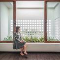 <p> Cầu thang thừa được thay thế bằng giếng trời lớn đủ để ánh sáng tự nhiên khuếch tán vào mọi ngóc ngách trong nhà và cây cối bên trong vẫn có thể phát triển tự nhiên.</p>