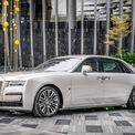 <p> Tại Malaysia, Rolls-Royce Ghost có đầy đủ 2 tùy chọn kích thước, gồm bản tiêu chuẩn và bản Extended với trục cơ sở được kéo dài cho không gian nội thất rộng rãi hơn. Giá bán đề xuất cho 2 model lần lượt là 1,45 triệu ringgit (350.000 USD) và 1,65 triệu ringgit (gần 400.000 USD). Số tiền này chưa bao gồm chi phí cho các trang bị tùy chọn riêng của từng khách hàng.</p>
