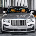 <p> Ở đời xe mới, Rolls-Royce Ghost mang thiết kế hiện đại và sắc sảo hơn. Các đường nét ở phần đầu được tối giản cho cảm giác trẻ trung và cao cấp hơn. Chi tiết nổi bật là lưới tản nhiệt Phanteon phát sáng và cụm đèn trước công nghệ laser.</p>