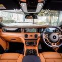 <p> Khoang lái của Rolls-Royce Ghost 2021 được hiện đại hóa nhưng vẫn duy trì được phong cách lịch lãm với nhiều đường nét thanh thoát ở bảng táp-lô, cụm điều khiển trung tâm và vô-lăng. Vật liệu chủ đạo của cabin là gỗ, da và kim loại cao cấp để tối đa hóa tính sang trọng cho Ghost. Ngoài ra, khách hàng có thể cá nhân hóa chiếc sedan của mình bằng các tùy chọn đắt tiền.</p>