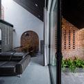 <p> Hình dạng của mái nhà và vật liệu gợi lên hình ảnh của những ngôi nhà ở vùng nông thôn Việt Nam. Đây là nguồn cảm hứng chính cho thiết kế.</p>
