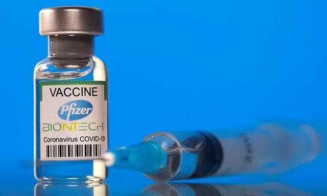Một lọ vaccine BioNTech-Pfizer. Ảnh: Reuters.