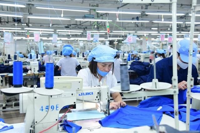 Sản xuất tại doanh nghiệp dệt may 29/3. (Ảnh: T.H/Vietnam+)