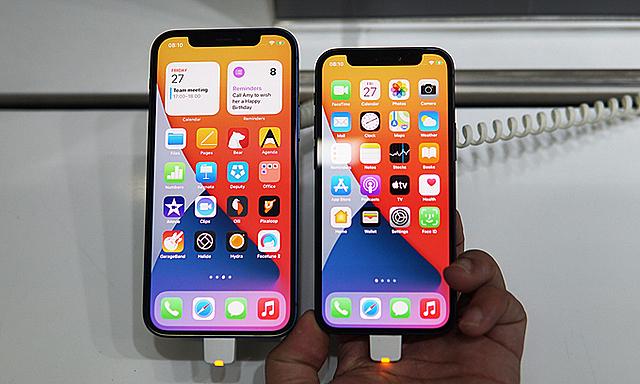 iPhone 12 mini (phải) tiếp tục giảm giá. Ảnh: Lưu Quý