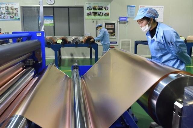 Công nhân trên dây chuyền sản xuất đồng tấm tại nhà máy ở Đồng Lăng, Trung Quốc. Ảnh: Reuters.