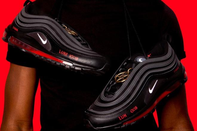 Nike thắng kiện công ty sản xuất giày chứa máu người