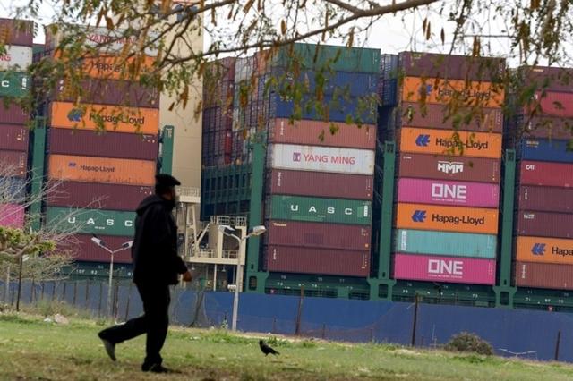 Một tàu container bắt đầu di chuyển qua kênh đào Suez vào tuần này sau khi tàu Ever Given được giải cứu. Ảnh: Reuters.