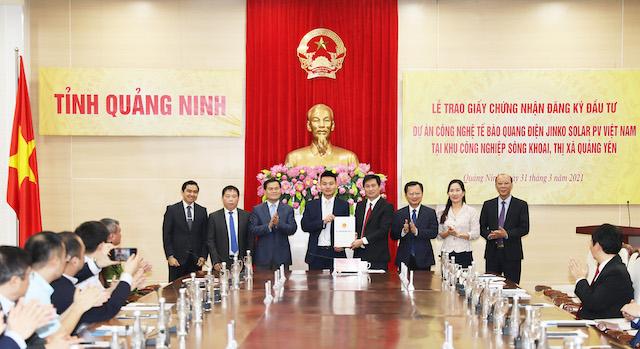 Nguyễn Tường Văn, Phó Bí thư Tỉnh ủy, Chủ tịch UBND tỉnh trao Giấy CNĐKĐT cho đại diện Công ty Jinko Solar Hong Kong