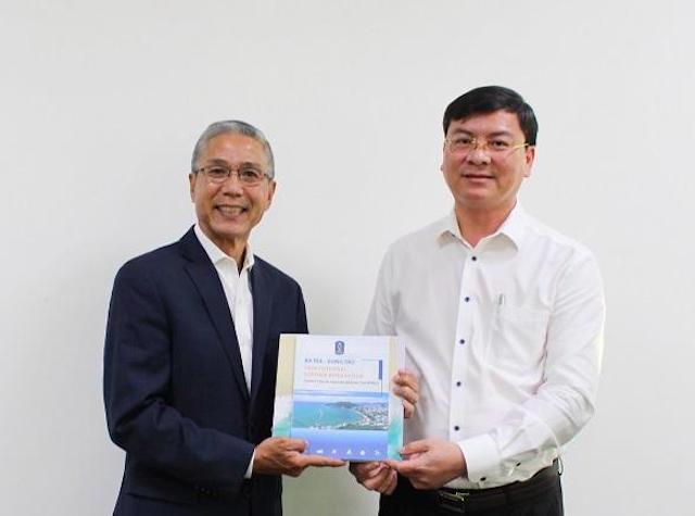 Ông Nguyễn Công Vinh – Phó Chủ tịch UBND tỉnh tặng quà lưu niệm cho ông Joe Knierien – Giám đốc điều hành Tập đoàn Globalinx