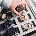 <p> <strong>4. Tìm kiếm thương hiệu đáng tin cậy</strong>: Trước khi mua đồng hồ, bạn nên tìm hiểu 2 vấn đề là lịch sử thương hiệu và giá thành của đồng hồ có xu hướng tăng hay giảm trong tương lai. Các hãng sản xuất như Rolex, IWC, Longines, Omega, Patek Philippe, Zenith, Hamilton... đã nổi tiếng từ cách đây nhiều năm với quy trình sản xuất đồng hồ Thụy Sĩ. Vì vậy, bạn có thể tin tưởng những thương hiệu này để mua thiết kế cao cấp. Ảnh: <em>krono.</em></p>