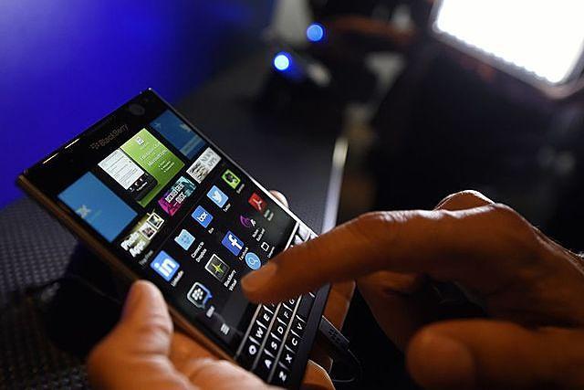Smartphone BlackBerry sắp trở lại thị trường với mục tiêu phân khúc cao cấp. Ảnh: Reuters.