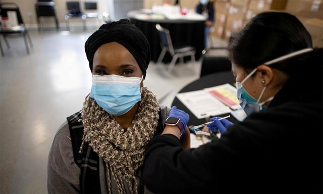 Nhân viên y tế Mỹ tiêm vaccine Covid-19 cho một phụ nữ tại điểm tiêm chủng ở thành phố Los Angeles, bang California, ngày 12/3. Ảnh: Reuters.