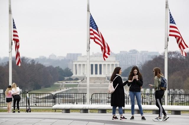 Người dân tập trung gần Đài tưởng niệm Washington ở Washington DC ngày 25/3. Ảnh: Xinhua.