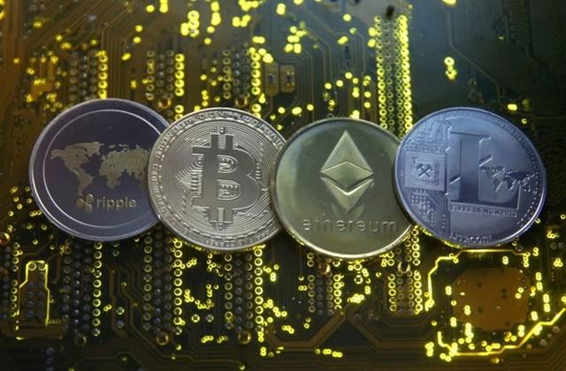 Đồng tiền mô phỏng Bitcoin, Ethereum, Ripple và Litecoin. Ảnh: Reuters