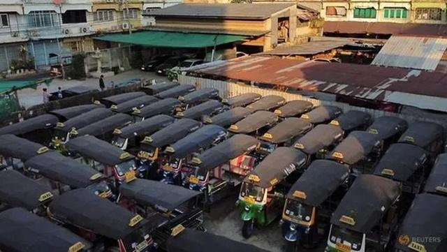Xe tuktuk nằm bãi ở Bangkok ngày 3/2 vì vắng khách du lịch để phục vụ. Ảnh: Reuters.
