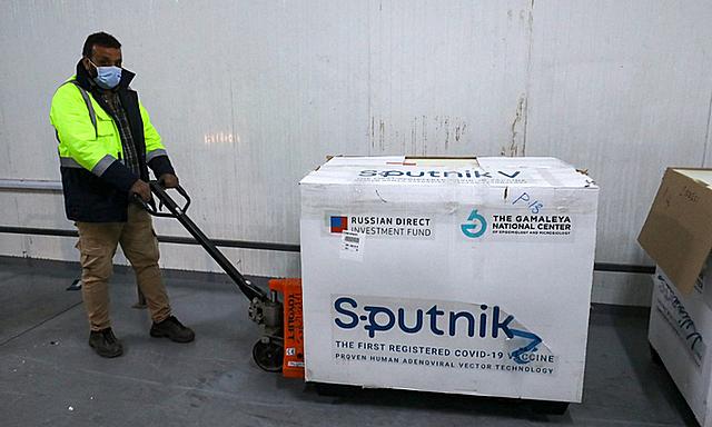 Một thùng vaccine Covid-19 Sputnik V tại thủ đô Tripoli của Libya hôm 4/4. Ảnh: AFP.