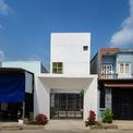 """<p class=""""Normal""""> Ngôi nhà này nằm trong một khu dân cư ở Bình Dương, diện tích 5m x 17 m, môi trường xung quanh tương đối thiếu cây xanh.</p>"""
