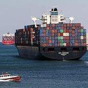 Sự cố kênh đào Suez có thể làm giảm công suất vận tải và thiếu thiết bị container trên diện rộng
