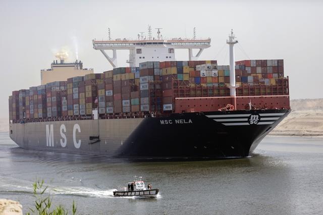 Tàu chở dầu chết máy, kênh Suez suýt tắc nghẽn lần nữa