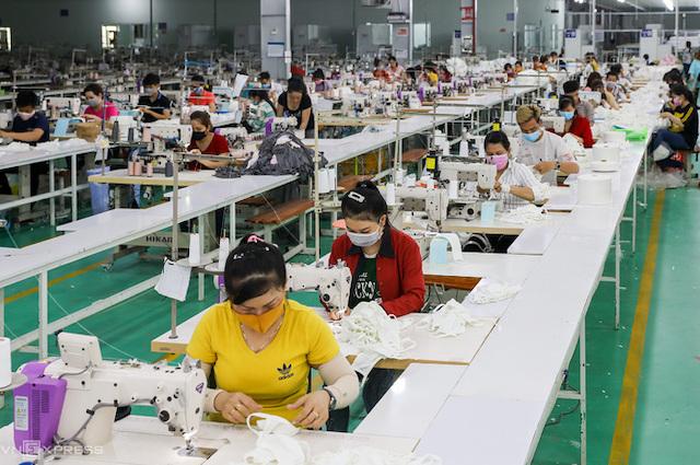 Sản xuất khẩu trang ở (Khu công nghiệp Tân Đô, huyện Đức Hoà, Long An.