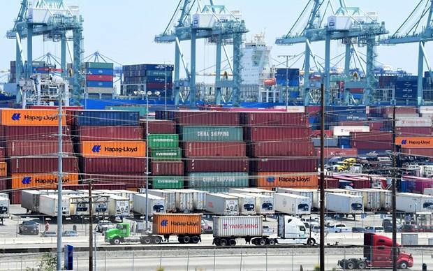 Bốc dỡ hàng hóa tại cảng ở Long Beach, California, Mỹ. (Ảnh: AFP/TTXVN)