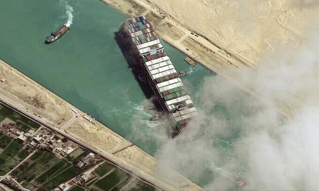 Tàu Ever Given tại kênh đào Suez ngày 29/3. Ảnh: AFP.