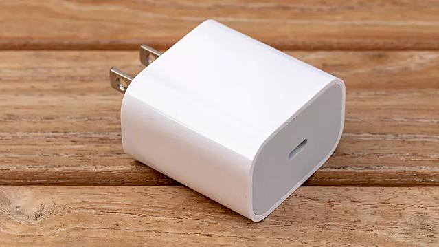Củ sạc 20 W của Apple đang là phụ kiện bán chạy nhất tại nhiều hệ thống. Ảnh: Cnet.
