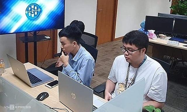 Hai chuyên gia Phạm Văn Khánh (trái) và Đào Trọng Nghĩa (phải) tham gia cuộc thi theo hình thức online. Ảnh: Thanh Bình.