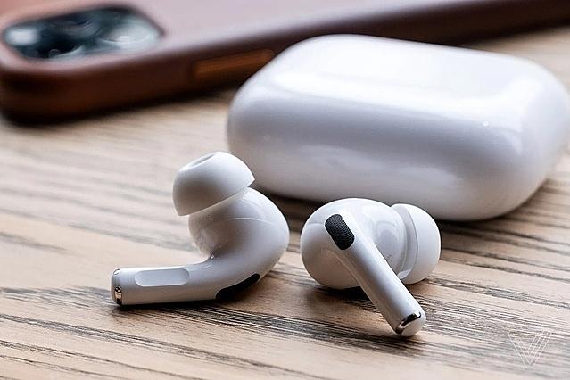 Ngoài củ sạc, tai nghe AirPods cũng đang bán chạy. Ảnh: The Verge.