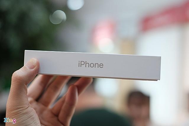 Việc cắt bỏ sạc, tai nghe khiến hộp iPhone mới nhỏ đi một nửa. Nhờ đó, Apple có thể chuyển nhiều máy hơn trong cùng một chuyến bay. Ảnh: Tuấn Anh.