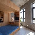 <p> Tại trung tâm, các kiến trúc sư đặt một hộp gỗ điêu khắc có kích thước 3 m x 3 m x 2,2 m, bố trí giường tầng, không gian làm việc, học tập và tủ kệ. Các không gian bên trong hộp được kết nối theo cả chiều dọc và chiều ngang, vì vậy các hoạt động có thể diễn ra mà không bị gián đoạn.</p>