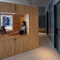 """<p class=""""Normal""""> Kiến trúc sư cũng xoay hộp 45 độ để tạo ra các góc mở, như vậy không gian sẽ rộng hơn và ánh sáng mặt trời có thể đi sâu hơn vào các khu vực bên trong như nhà bếp và nhà vệ sinh.</p>"""