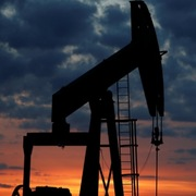 Giá dầu trái chiều theo diễn biến cung cầu