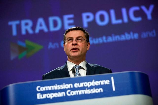 Ủy viên Thương mại của Liên minh châu Âu (EU) Valdis Dombrovskis tại cuộc họp báo ở Brussels, Bỉ. (Ảnh: AFP/TTXVN)