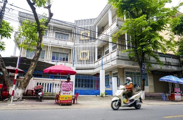 Trụ sở Công ty xổ số kiến thiết trên đường Phan Đình Phùng, TP Quảng Ngãi khóa chặt cửa nhiều năm qua.