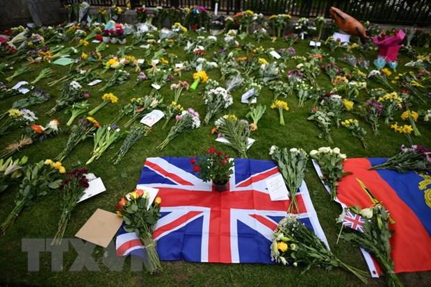 Đặt hoa bên ngoài Lâu đài Windsor để tưởng niệm Hoàng tế Philip ngày 9/4. (Ảnh: AFP/TTXVN)