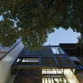 <p> Ngôi nhà nằm trong một con ngõ xinh xắn và yên tĩnh trên đường Trần Đại Nghĩa, Hà Nội. Chiều rộng 5,4 m và chiều dài 20,3 m, ngôi nhà có hai tầm nhìn thoáng trước và sau, nhìn ra khuôn viên trường đại học đầy cây xanh.Một khu vực như vậy, thuộc quận nội thành, rất lý tưởng để tạo không gian sống cho cả gia đình.</p>