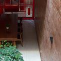 """<p class=""""Normal""""> Ngôi nhà do i.House Architecture and Construction thiết kế.<span>Được áp dụng phương pháp thiết kế thân thiện với thiên nhiên, mọi căn phòng trong ngôi nhà đều tràn ngập ánh sáng và không khí tự nhiên. Giếng trời được xây dựng ở trung tâm ngôi nhà, cạnh một bên cầu thang. Cầu thang hành lang nối các phòng chức năng để tạo ra nhiều khe hở khác nhau dành cho luồng không khí đối lưu khắp nhà.</span></p>"""
