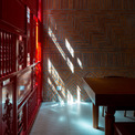 <p> Toàn bộ bức tường dọc một bên của ngôi nhà được ốp gốm sứ truyền thống Bát Tràng, với cách sắp xếp và bố trí khác nhau, từ đó tạo nên sức hút thị giác cho toàn bộ công trình.</p>