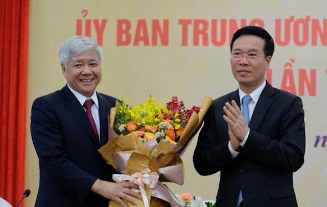 Ông Võ Văn Thưởng, Thường trực Ban bí thư, trao hoa chúc mừng ông Đỗ Văn Chiến giữ chức Chủ tịch Ủy ban trung ương Mặt trận Tổ quốc Việt Nam khóa IX.