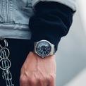 """<p> <strong>6. Swatch</strong> là nhà sản xuất đồng hồ Thụy Sĩ được thành lập vào năm 1983 bởi Nicolas Hayek và công ty con của The Swatch Group. Dòng sản phẩm Swatch được phát triển như một phản ứng với """"cuộc khủng hoảng thạch anh"""" những năm 1970 và 1980, trong đó đồng hồ kỹ thuật số do châu Á sản xuất đang cạnh tranh với đồng hồ cơ truyền thống của châu Âu. Theo thời gian, Swatch đã trở thành những mảnh ghép đáng tin cậy với thiết kế thú vị duy trì bản chất đơn giản nhưng rất cá tính. Ảnh: <em>Zz.</em></p>"""