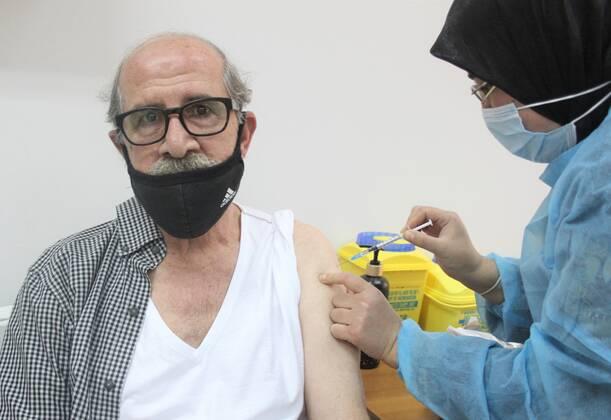 Nhân viên y tế tiêm vaccine ngừa COVID-19 cho người dân tại Tripoli, Liban, ngày 6/4/2021. (Ảnh: THX/TTXVN)