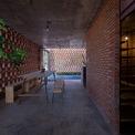 <p> Tầng một là không gian đa chức năng, vừa dùng để tụ tập bạn bè, vừa dùng để mở quán cà phê nhỏ sau này.</p>